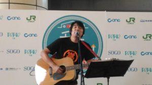 君のために出来ることを歌うBayFmのDJ小島嵩弘さん